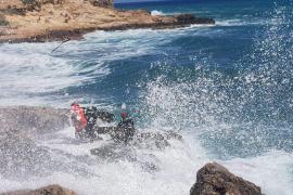 Los GEAS rescatan a dos menores arrastradas por el oleaje en una playa de Ibiza