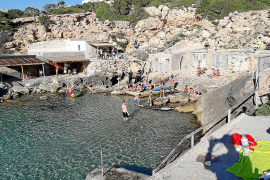 Sant Josep desaloja es Calonet, donde se juntaron 100 personas en la playa