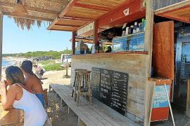 Vuelven las cañas a los kioskos de playa de Formentera