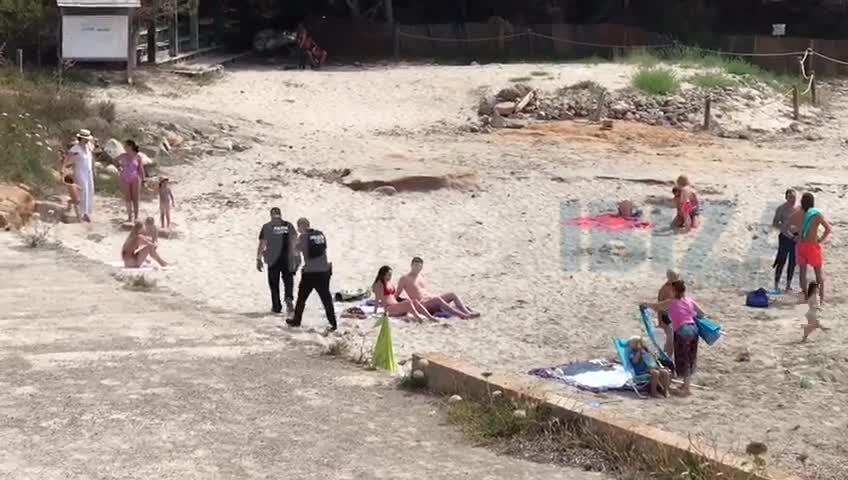 La Policía interviene en la playa de ses Salines para evitar aglomeraciones
