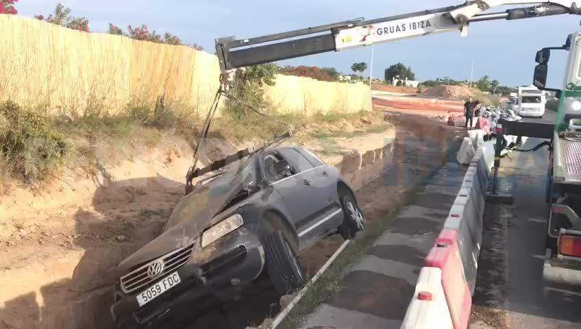 Un coche cae en una zanja de las obras de la carretera de Santa Eulària