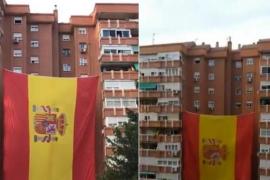 Despliegan una bandera gigante de España en un barrio de Madrid