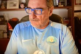 Carlos Herrera luce la camiseta de la UD Ibiza