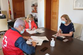 Santa Eulària y Cruz Roja firman un convenio de cerca de 300.000 euros para ofrecer socorrismo y baño adaptado en las playas