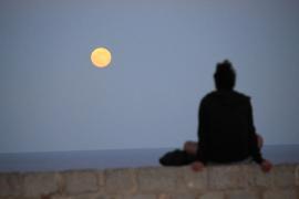 La segunda 'Luna de fresa' del año vista desde Ibiza