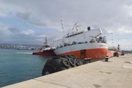 A punto de hundirse un buque de mercancías en el puerto de Palma