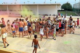 Varios niños se divierten jugando.