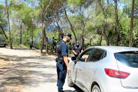 Sant Antoni controla el acceso a Cala Salada y Cala Saladeta con policías y dron