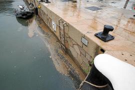El Ministerio insiste en culpar de los vertidos en el puerto al Ayuntamiento y Vila lo niega