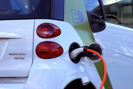 Casi la mitad de los españoles todavía no se plantea adquirir un coche eléctrico