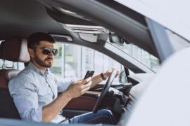 Si tu coche no tiene conexión bluetooth, así puedes instalársela