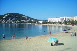 Un tercio menos de tumbonas para prevenir contagios en las playas de Santa Eulària