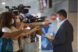 La llegada al aeropuerto de Ibiza de los primeros turistas procedentes de Düsseldorf, en imágenes (Fotos: Daniel Espinosa).