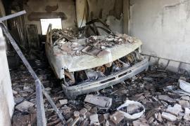 Así ha quedado el vehículo incendiado en un garaje de Puig d'en Valls (Fotos: Daniel Espinosa)