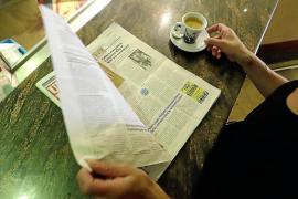 Leer el periódico en el bar no transmite el coronavirus