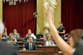 El Parlament convierte en ley la rebaja del catalán con los votos del PP y las protestas de la calle