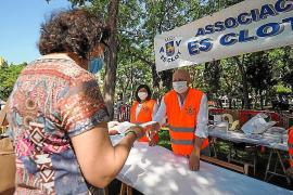 La Asociación de Vecinos de Es Clot entregró ayer mascarillas solidarias