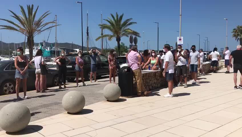 Los empresarios del West End se manifiestan frente al Ayuntamiento de Sant Antoni