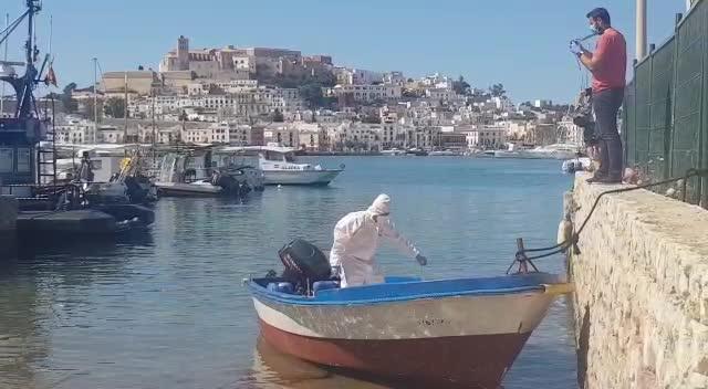 Detenidos 11 ocupantes de una patera llegada ayer a la costa de Ibiza