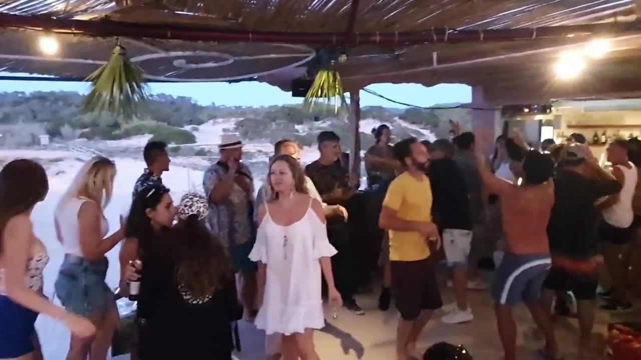 La policía de Sant Josep denuncia y precinta el equipo de sonido de una fiesta en Platges de Comte