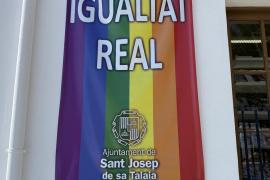 """El Ayuntamiento de Sant Josep luce esta bandera con el mensaje """"Por una igualdad real""""."""