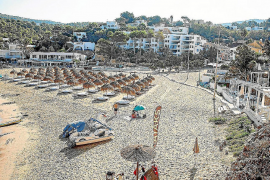 Una de las concesiones de hamacas de Cala Vedella en una imagen de 2019.