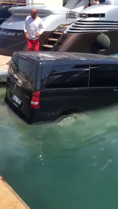 El vídeo de una furgoneta hundiéndose en Ibiza que no debes compartir