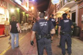 Los empresarios de Sant Antoni contratan a 'serenos' para vigilar el casco urbano