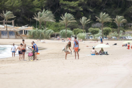 Residentes y turismo nacional, consuelo en Cala Sant Vicent