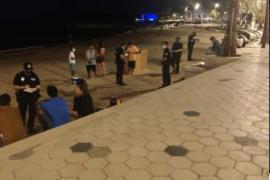 La Policía Local de Ibiza denuncia a 11 personas por hacer botellón