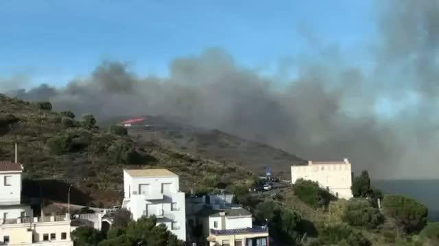 El fuego sigue sin control en el Alt Empordà tras causar cuatro muertos