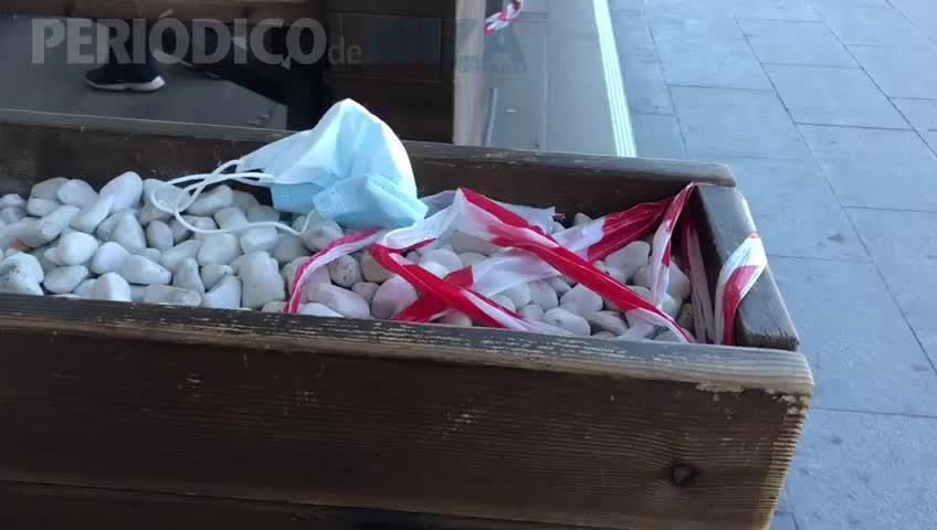 Grandes cantidades de basura dan la bienvenida a los turistas en el aeropuerto de Ibiza