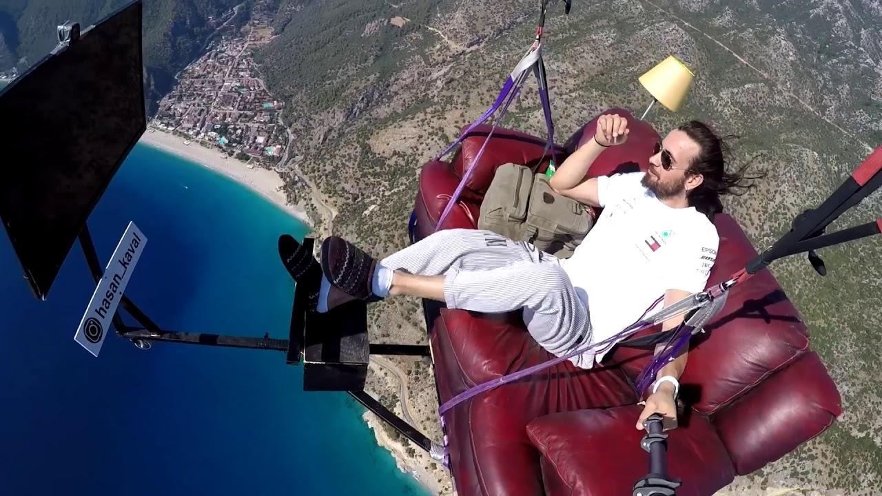 Un 'youtuber' se juega la vida al hacer parapente sentado en un sofá sin atarse