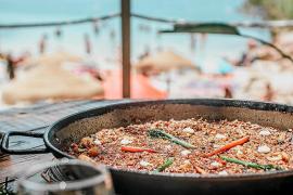Sol, mar, arena, comida y cócteles. Disfruta las cosas simples de la vida