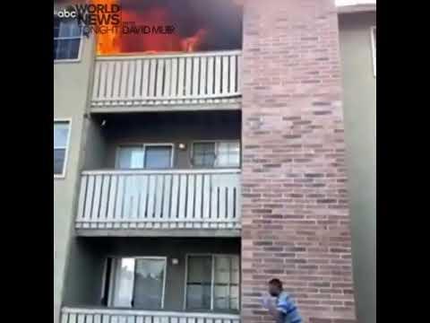 Un vídeo viral muestra a un atleta atrapando a un niño que arrojaron por un incendio