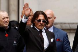 Johnny Depp acusa a su exmujer de defecar en su cama