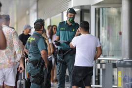 Los piratas del taxi ya hacen su particular 'agosto' en el aeropuerto