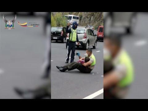 Un policía se hace viral por calmar a un niño poniéndole vídeos en el móvil en medio de un brutal accidente