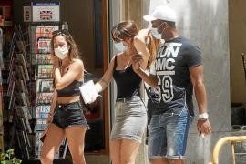 Turistas y residentes en Ibiza cumplen en el primer día de mascarilla obligatoria en Baleares