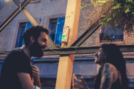 Una terraza instala un semáforo para medir el ruido y recompensa a los clientes más cívicos