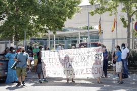 Protesta en Educació para mantener la casa a una mujer víctima de violencia machista