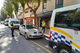 La Policía Local de Ibiza denuncia a tres conductores por circular usando el móvil