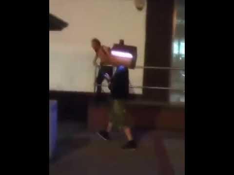 Un joven lleva años paseando por la calle con una caseta en la cabeza