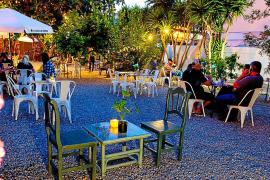 Carnes y verduras a la brasa en un jardín mágico de Sant Antoni