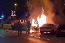 Sobresalto por un aparatoso incendio que calcinó un coche y afectó a otros vehículos en Ibiza