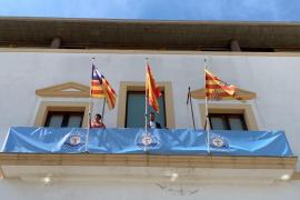 El balcón del Ayuntamiento de Vila luce la bandera de la UD Ibiza