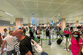 Poca distancia de seguridad y cierto caos en la llegada de vuelos internacionales