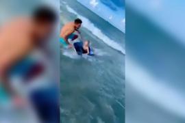 Un oficial de Policía fuera de servicio rescata a un niño de un tiburón que se acercaba a él