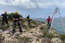 Los bomberos de Formentera se forman en el rescate de personas en medio natural