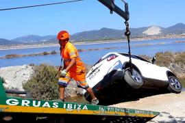 Un coche se sale de la vía y cae en uno de los estanques de ses Salines